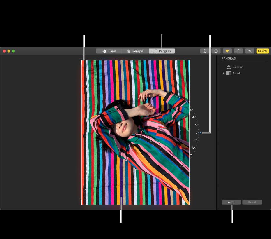 Foto dalam paparan pengeditan menunjukkan pilihan pangkas dan luruskan.