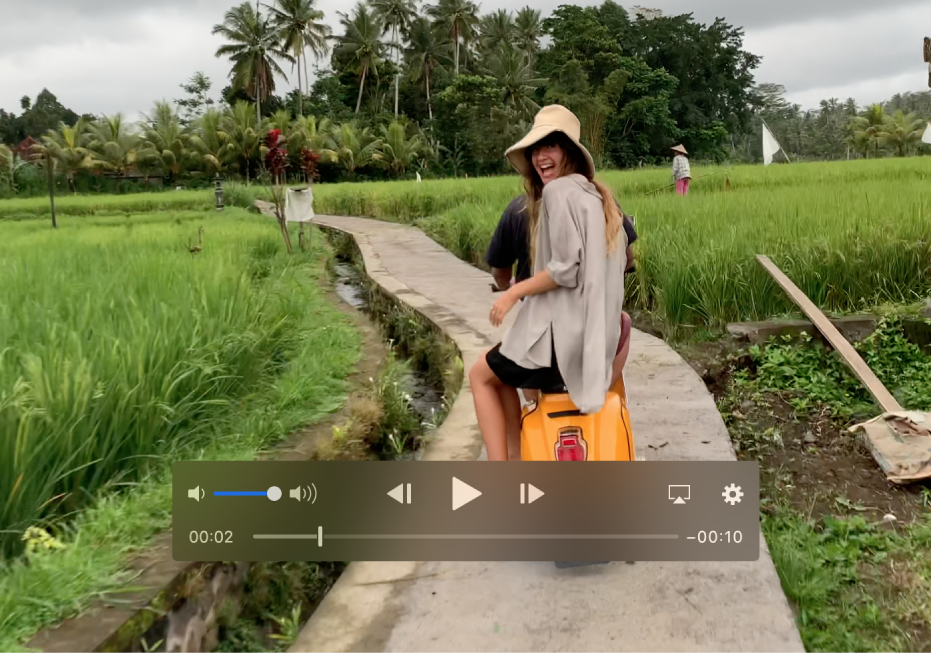 Et videoklipp med avspillingskontroller nederst.
