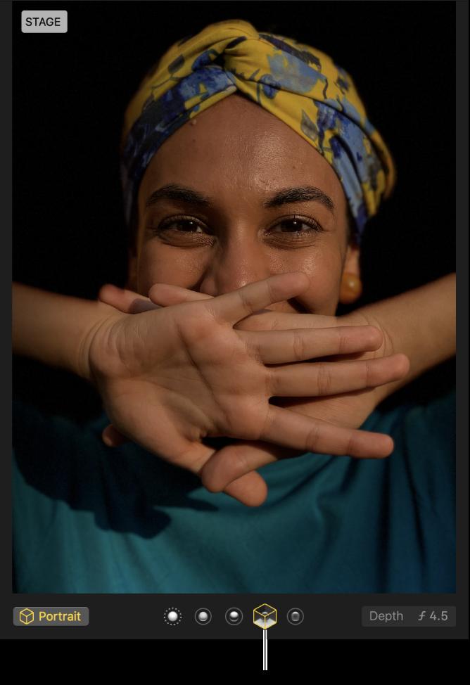 Uma fotografia tipo retrato com luz de palco que cria um fundo escuro.
