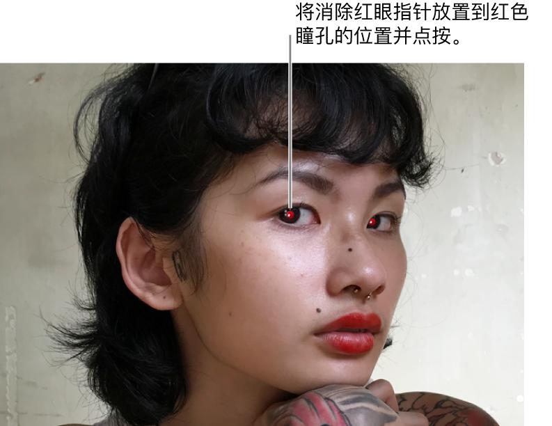 红色瞳孔小孩的照片。