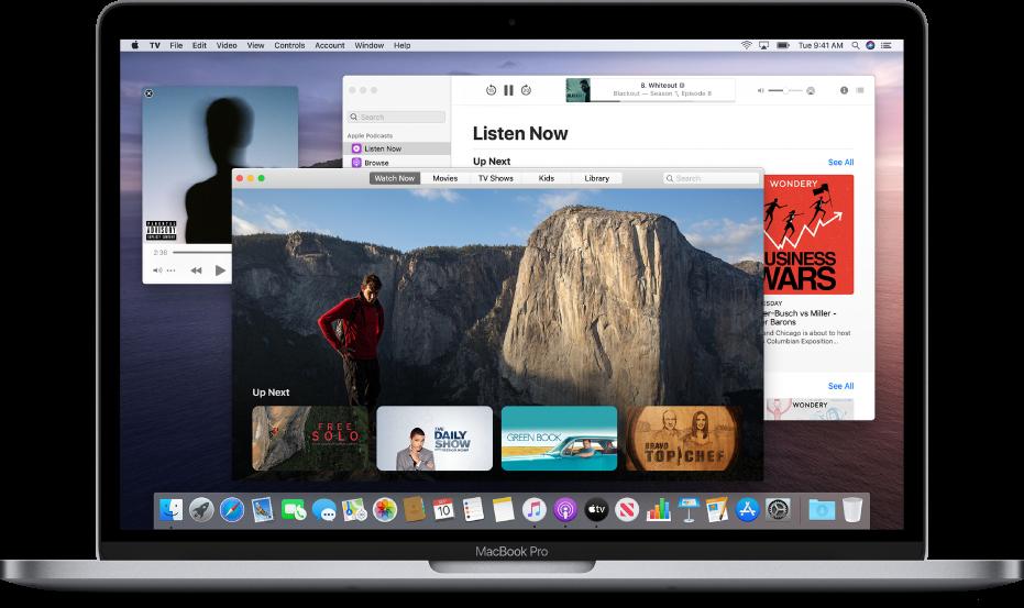 De minispeler in Muziek, het AppleTV-app-venster en het Podcasts-venster op de achtergrond.