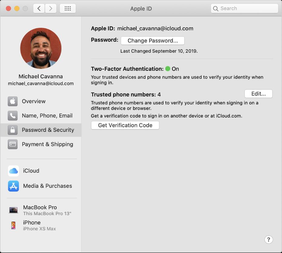 """Systemeinstellung """"Apple-ID"""" mit einer Seitenleiste der verschiedenen Typen von Accountoptionen, die du verwenden kannst, und Einstellungen unter """"Passwort & Sicherheit"""" eines vorhandenen Accounts"""