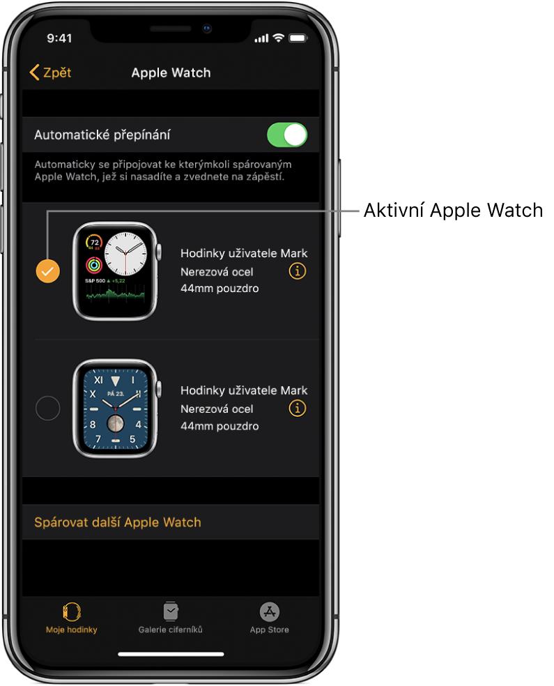 Aktivní hodinky AppleWatch jsou označeny zaškrtnutím.