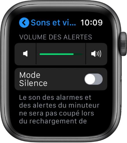 Réglages Sons et vibrations sur l'AppleWatch, avec le curseur Volume des alertes en haut et le bouton du mode Silence en dessous.