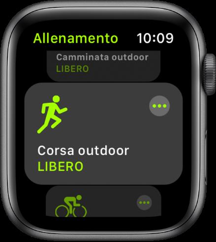 """La schermata di Allenamento con l'allenamento """"Corsa outdoor"""" evidenziato."""