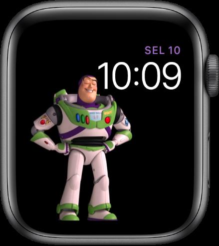 Muka jam Toy Story menunjukkan hari, tarikh dan masa di sebelah kanan atas dan Buzz Lightyear dianimasikan di sebelah kiri tengah skrin.