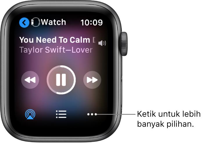 Skrin Kini Dimainkan menunjukkan Jam di bahagian kiri atas, dengan anak panah menunjuk ke kiri yang membawa anda ke skrin peranti. Tajuk lagu dan nama artis muncul di bawah. Kawalan main terletak di bahagian tengah. Butang AirPlay, senarai main dan Pilihan Lanjut di bahagian bawah.