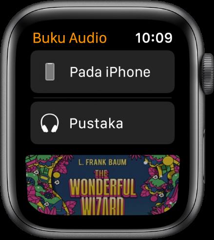 Apple Watch menunjukkan skrin Buku Audio dengan iPhone di bahagian atas, Pustaka di bawah dan sebahagian karya seni kulit buku audio di bahagian bawah.