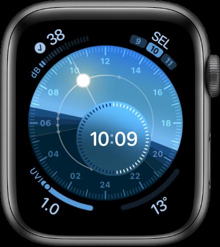 Muka jam Dail Suria dengan dial bulat yang menandakan kedudukan matahari. Dail dalaman memaparkan masa digital. Terdapat empat komplikasi ditunjukkan: Bunyi di bahagian kiri atas, Tarikh di bahagian kanan atas, Indeks UV di bahagian kiri bawah dan Suhu Cuaca di bahagian kanan bawah.