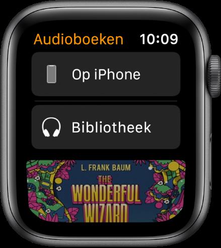 De AppleWatch met het Audioboeken-scherm, met bovenin 'iPhone', daaronder 'Bibliotheek' en onderin een deel van de kaftillustratie van een audioboek.