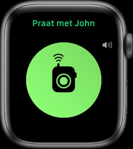 """Het Walkietalkie-scherm met een knop 'Praat' in het midden, een volume-indicator rechtsbovenin en """"Praat met John"""" bovenin."""