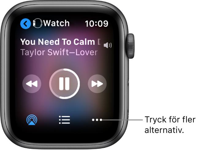 Skärmen Spelas nu med Watch överst till vänster med en pil som pekar åt vänster och som leder till enhetsskärmen. Under visas en låttitel och ett artistnamn. I mitten finns uppspelningsreglage. Längst ned finns knapparna för AirPlay, spårlista och fler alternativ.