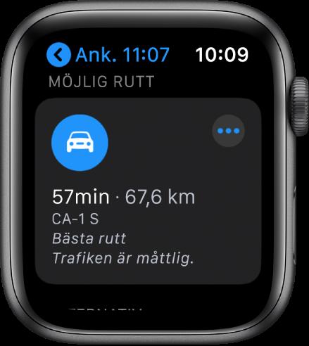 Appen Kartor visar en föreslagen rutt tillsammans med ruttens beräknade distans och den tid det tar att nå resmålet. En merknapp visas nära övre högra hörnet.