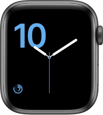 หน้าปัดนาฬิกาแบบตัวเลขที่แสดงแบบตัวพิมพ์สลักสีน้ำเงิน และกลไกหน้าปัดกิจกรรมทางด้านซ้ายล่างสุด