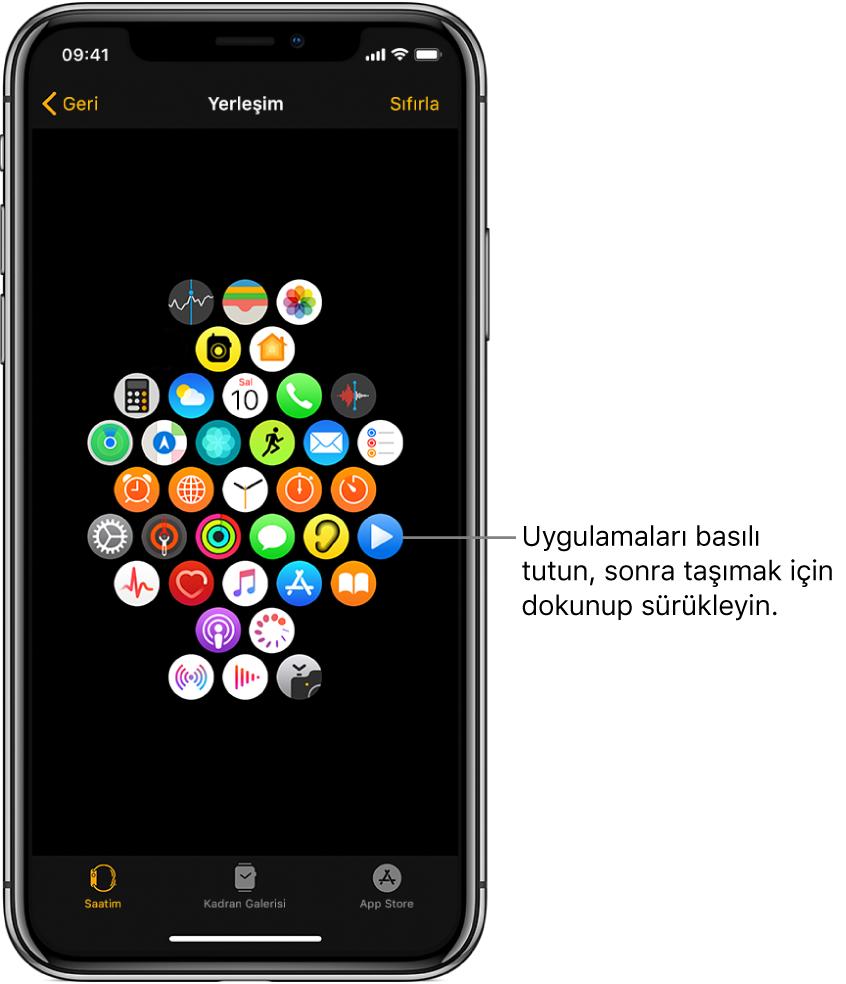 """Izgara görüntüsünde simgelerin gösterildiği Apple Watch uygulamasındaki yerleşim ekranı. Uygulama simgesine işaret eden bir belirtme çizgisinde """"Uygulamaları taşıma için dokunup sürükleyin"""" yazıyor."""