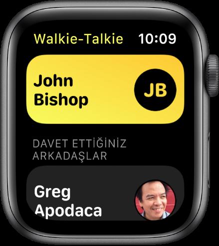 En üst tarafta bir kişiyi ve en altta davet ettiğiniz bir arkadaşı gösteren Walkie-Talkie ekranı.