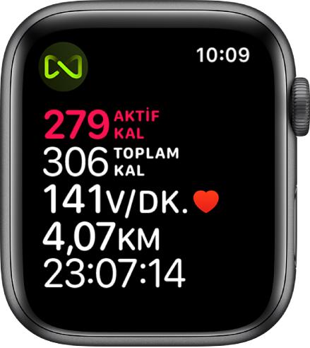 Koşu bandı antrenmanı ayrıntılarını veren Antrenman ekranı. AppleWatch'un koşu bandına kablosuz olarak bağlandığını belirten sol üst köşedeki sembol.