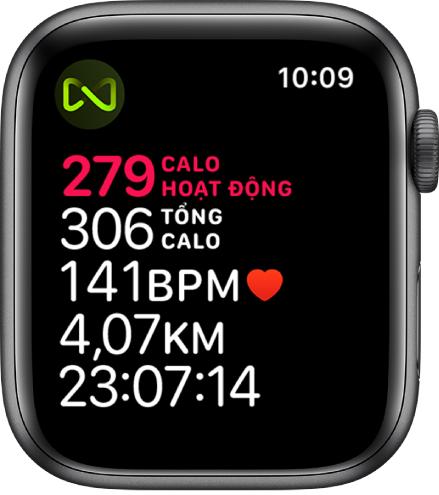 Một màn hình Bài tập với thông tin chi tiết về bài tập máy chạy bộ. Một biểu tượng ở góc trên cùng bên trái cho biết rằng Apple Watch được kết nối không dây với máy chạy bộ.