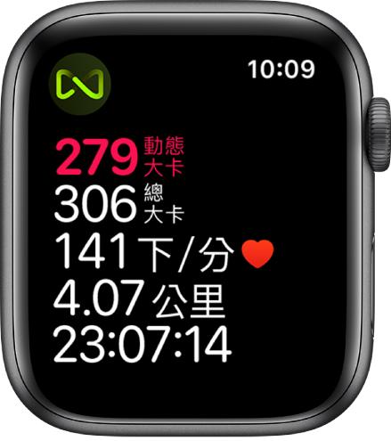 「體能訓練」畫面顯示跑步機體能訓練的詳細資訊。左上角的符號表示 AppleWatch 以無線方式連接到跑步機。