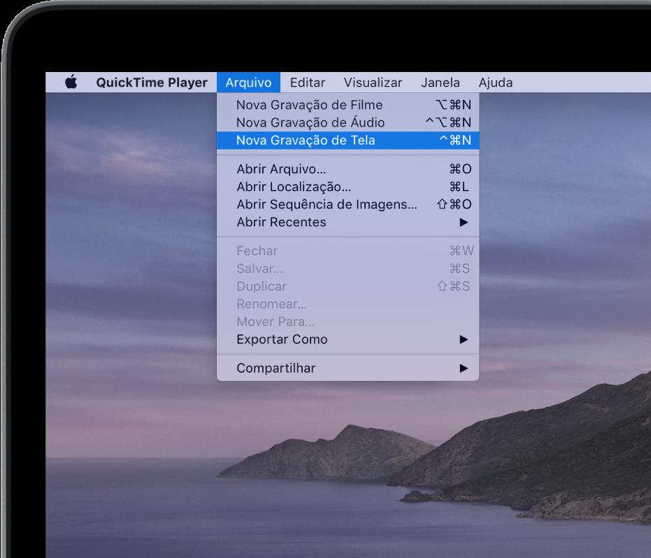 No aplicativo QuickTime Player, o menu Arquivo está aberto, e o comando Nova Gravação de Tela está sendo escolhido para iniciar a gravação da tela.