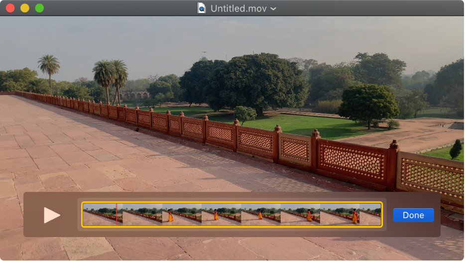 Окно QuickTime Player. Внизу отображается редактор клипов.