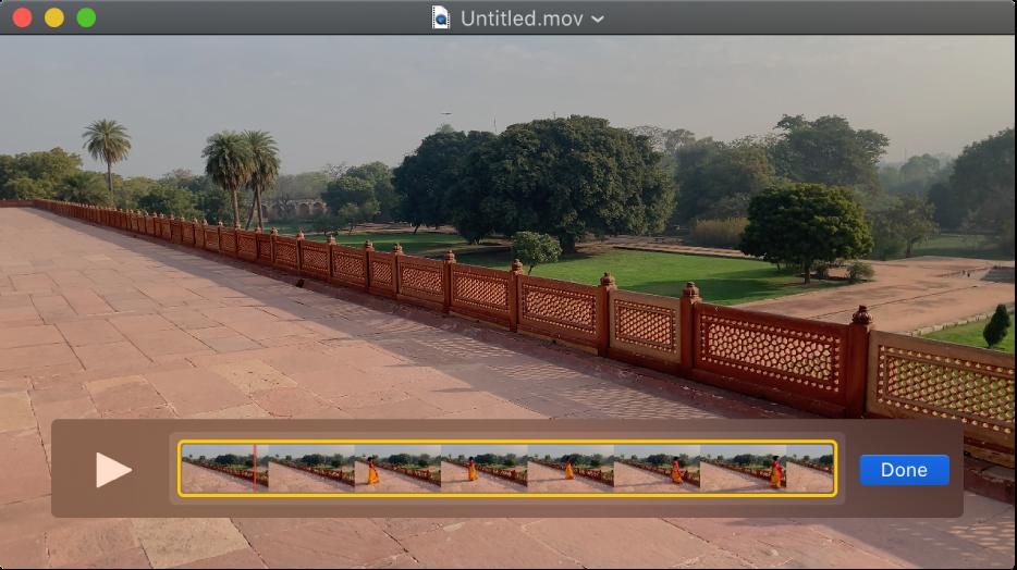 QuickTime Player-fönstret med klippredigeraren synlig nedtill.
