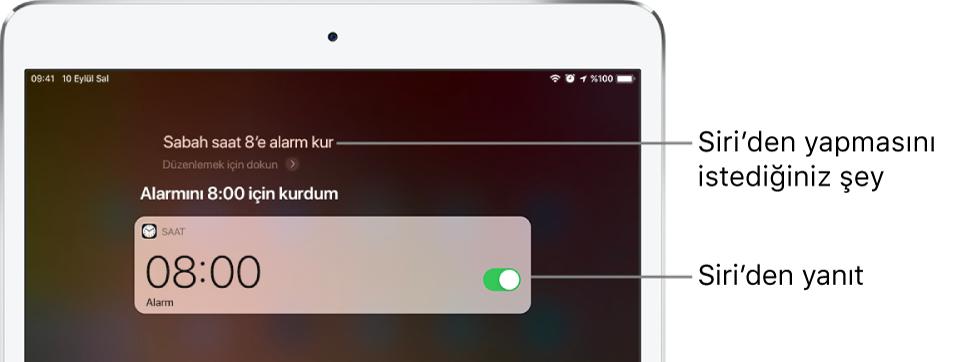 """Siri'ye """"Sabah 8 için alarm kur"""" dendiğini ve Siri'nin """"Sabah 8 için alarm kuruldu"""" olarak yanıt verdiğini gösteren Siri ekranı. Saat uygulamasından sabah 8 için bir alarm kurulduğunu gösteren bir bildirim gösterilir."""