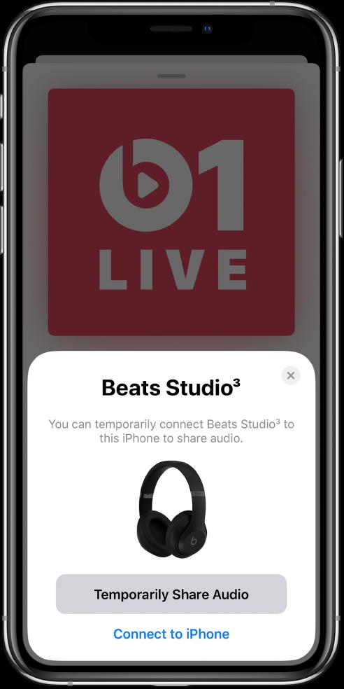 Екран на iPhone с изображение на слушалки Beats. В долния край на екрана има бутон за временно споделяне на аудиото.