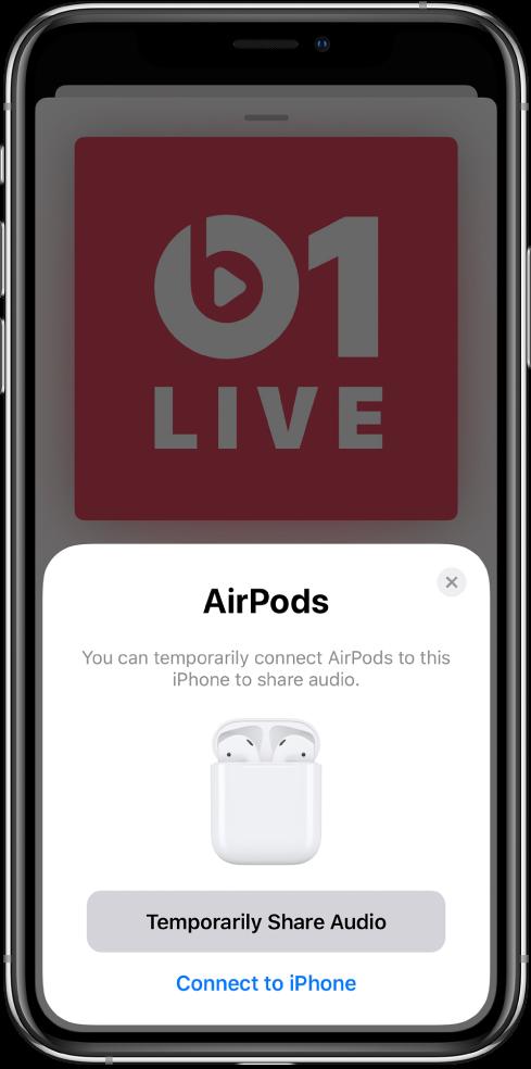 Екран на iPhone с картинка на слушалки AirPods в отворена кутия за зареждане. В долния край на екрана има бутон за временно споделяне на аудиото.