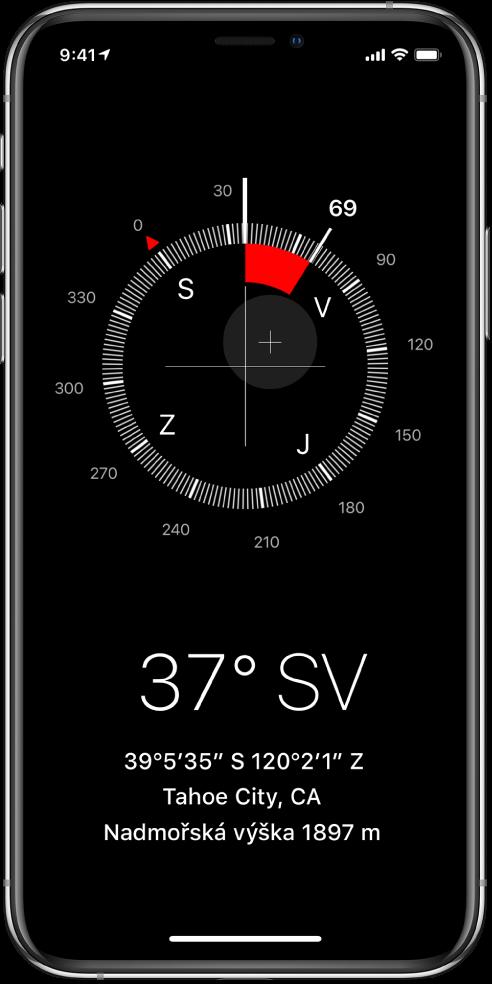 Obrazovka aplikace Kompas ukazující směr, do kterého je iPhone namířený, aktuální polohu anadmořskou výšku