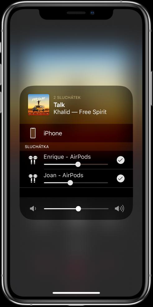 Displej iPhonu sobrázkem dvou připojených párů AirPodů