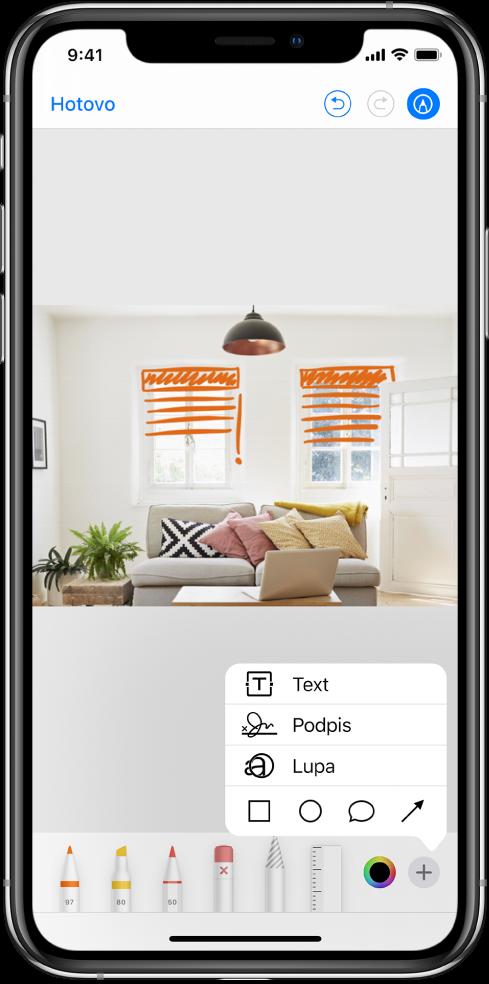 Fotografie interiéru, na které jsou oranžovými čarami rukou dokresleny rolety voknech. Udolního okraje obrazovky jsou vyrovnány nástroje pro kreslení avýběr barvy. Vpravém dolním rohu je vidět nabídka svolbami pro přidání textu, podpisem, lupou atvary.