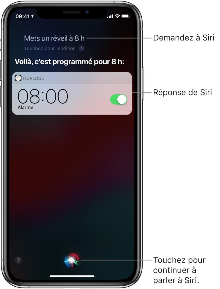 """L'écran Siri affichant ce que Siri doit faire: """"Mets un réveil à 8h"""" et sa réponse: """"OK, c'est programmé"""". Une notification de l'app Horloge indique qu'un réveil est activé pour 8h. Un bouton au centre en bas de l'écran permet de continuer à parler à Siri."""