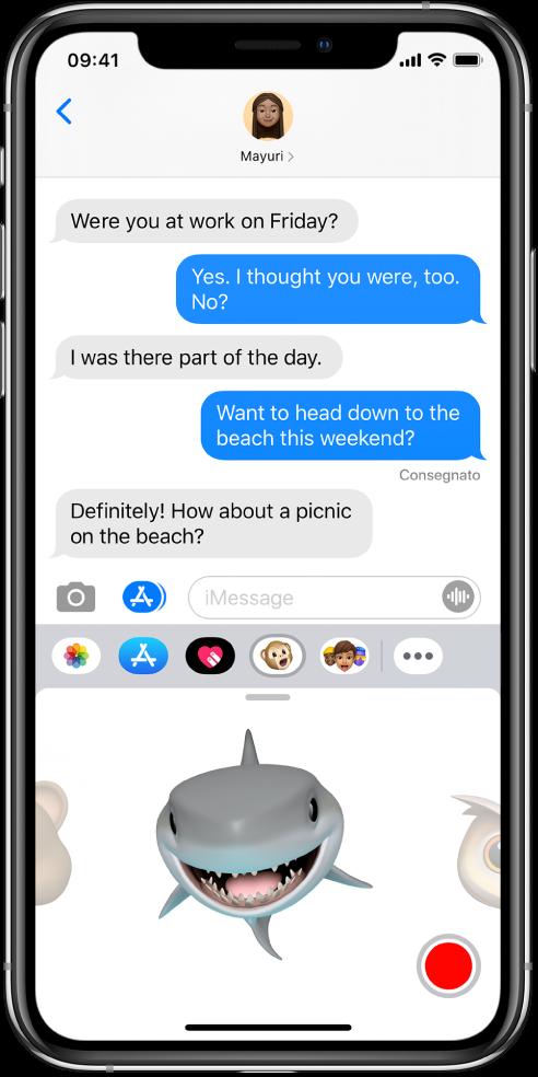 Una conversazione di Messaggi con un'animoji selezionata e pronta per essere registrata prima di essere inviata.