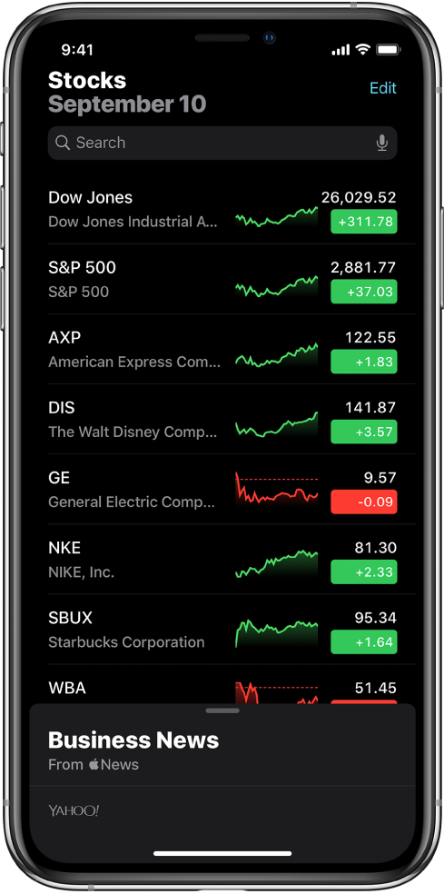 """Stebėjimo sąraše pateikiamas skirtingų akcijų sąrašas. Kiekviena akcija sąraše (iš kairės į dešinę) rodo akcijų simbolį ir pavadinimą, našumo lentelę, akcijų kainą ir kainų pasikeitimą. Viršuje ekrano, virš stebėjimo sąrašo, yra paieškos laukas. Po stebėjimo sąrašu yra """"Business News"""". Braukite aukštyn ties """"Business News"""", kad galėtumėte peržiūrėti parduotuves."""