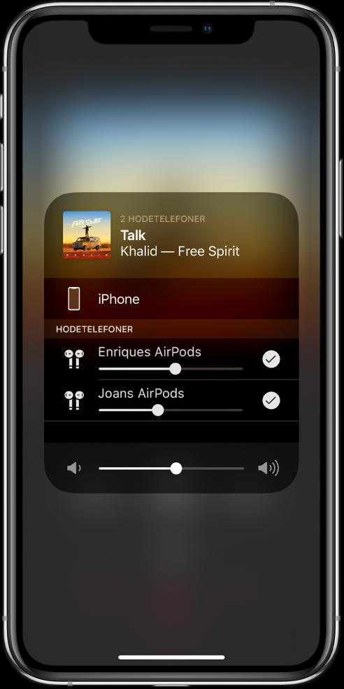 Skjermen viser to par med AirPods som er koblet til iPhone.