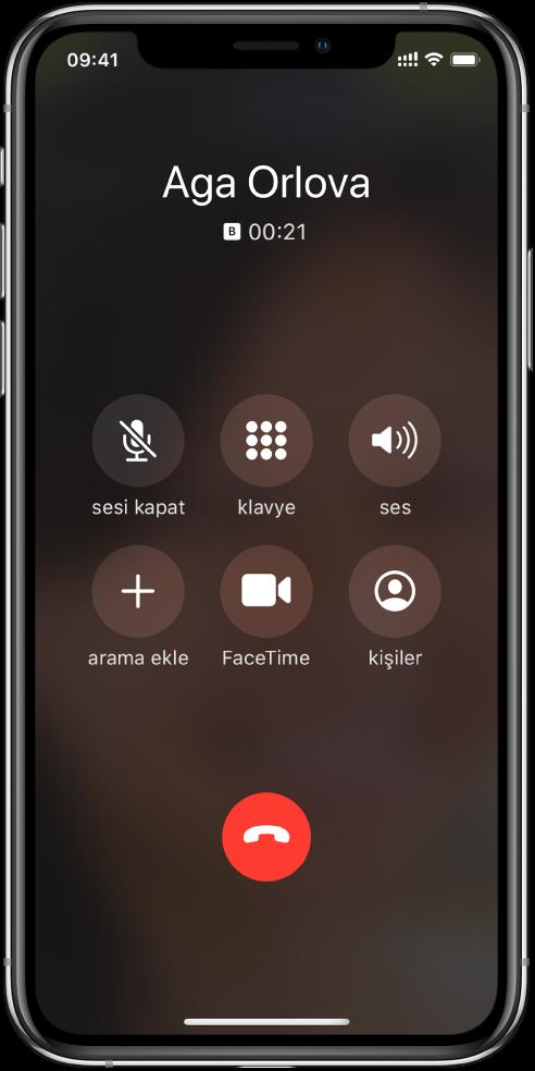 Telefon görüşmesi yaparken kullanabileceğiniz seçeneklerin düğmelerini gösteren Telefon ekranı. Üst satırda soldan sağa sesi kapat, klavye ve hoparlör düğmeleri vardır. Alt satırda soldan sağa arama ekle, FaceTime ve kişiler düğmeleri vardır.