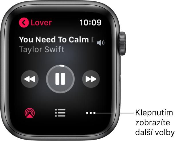 Obrazovka Právě hraje vaplikaci Hudba. Vlevo nahoře je uvedený název alba. Nahoře se zobrazuje název skladby aumělec, uprostřed ovládací prvky přehrávání adole tlačítka AirPlay, Seznam stop aVolby.