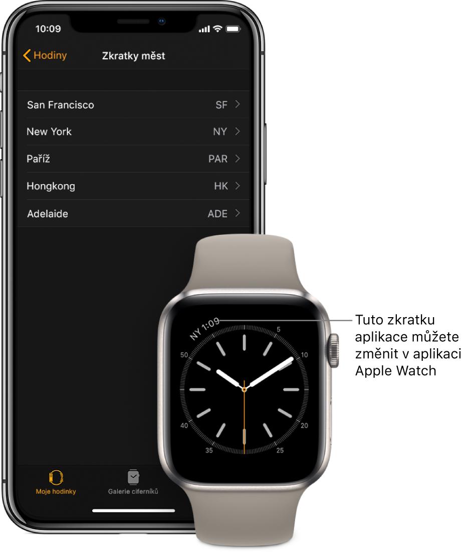 """iPhone aAppleWatch ležící vedle sebe. Na displeji AppleWatch se zobrazuje čas vNew Yorku, uvedený pod zkratkou NYC. Na displeji iPhonu je vidět seznam měst na stránce """"Zkratky měst"""" vnastavení hodin vaplikaci AppleWatch."""