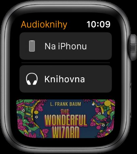 AppleWatch sobrazovkou Audioknihy, na které je nahoře vidět tlačítko Na iPhonu, pod ním tlačítko Knihovna adole část obálky audioknihy
