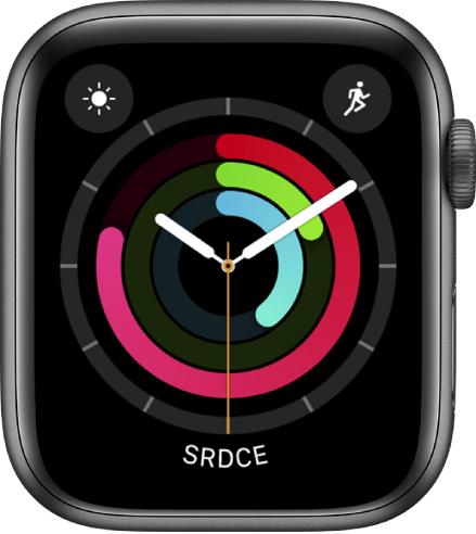 Ciferník Analogová aktivita ukazující čas spolu spokrokem vplnění cílů pro pohyb, cvičení astání. Obsahuje také tři komplikace: Povětrnostní podmínky vlevo nahoře, Cvičení vpravo nahoře aSrdeční tep dole.