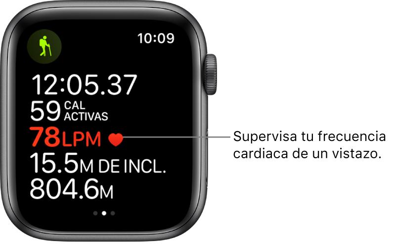 """Una pantalla mostrando las estadísticas de entrenamiento, incluyendo el tiempo transcurrido y la frecuencia cardiaca. El texto dice: """"Monitorea tu frecuencia cardiaca de un vistazo."""