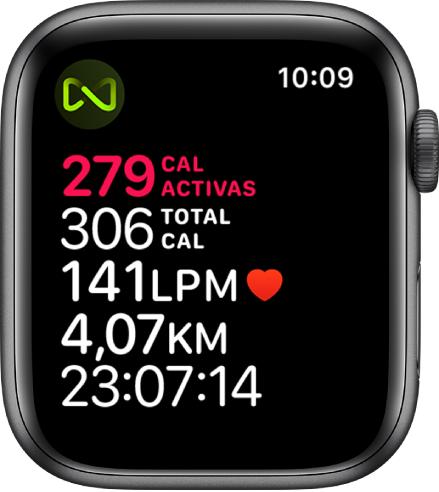 Pantalla de la app Entreno que detalla un entreno en cinta. Un símbolo en la esquina superior izquierda indica que el AppleWatch está conectado a la cinta de forma inalámbrica.