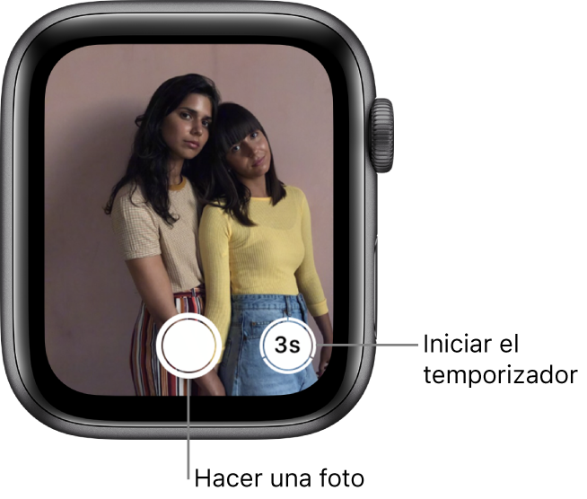 """Mientras se utiliza como mando a distancia de la cámara, la pantalla del AppleWatch muestra qué hay en el visor de la cámara del iPhone. El botón """"Hacer foto"""" se encuentra en el centro de la parte inferior de la pantalla, a la izquierda del botón para hacer una foto tras un número determinado de segundos. Si has hecho una foto, el botón """"Visor de fotos"""" se encuentra en la parte inferior izquierda de la pantalla."""