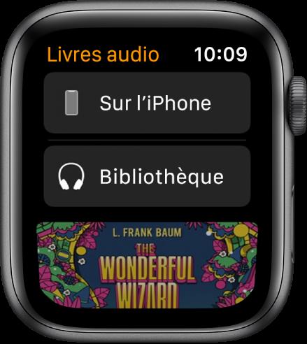 L'AppleWatch affichant l'écran «Livres audio» avec le bouton «Sur l'iPhone» en haut, le bouton Bibliothèque en dessous et une partie de la couverture d'un livre audio en bas.