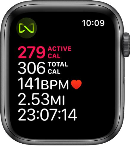 """""""Workout"""" ekranas, kuriame pateikta išsami bėgimo takelio treniruotės informacija. Viršutiniame kairiajame kampe pateiktas simbolis nurodo, kad """"AppleWatch"""" yra belaidžiu ryšiu prijungtas prie bėgimo takelio."""