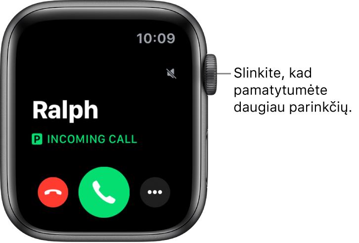 """""""AppleWatch"""" ekranas, rodomas, kai gaunamas skambutis: skambinančiojo vardas, žodžiai """"Incoming Call"""", raudonas atmetimo mygtukas, žalias atsiliepimo mygtukas ir papildomų parinkčių mygtukas."""