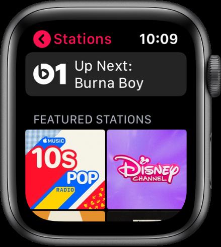 """Programos """"Radio"""" ekranas, viršuje rodantis radijo stotį """"Beats 1"""", o apačioje – dvi susijusias stotis."""