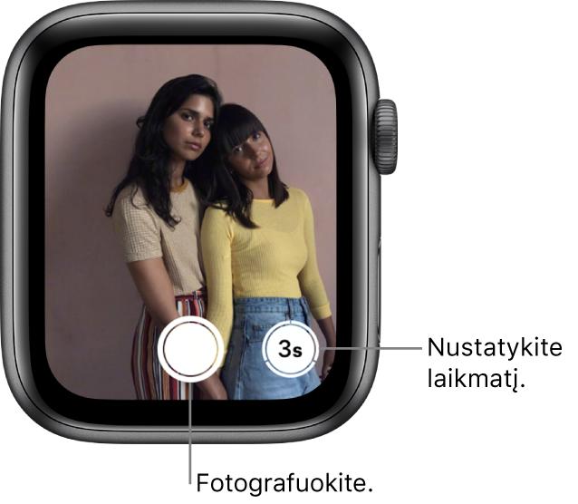 """Kai """"AppleWatch"""" naudojamas kaip nuotolinis fotoaparato valdymo pultas, jo ekrane rodomas """"iPhone"""" fotoaparato rodinys. Fotografavimo mygtukas pateiktas apačioje centre, o fotografavimo nustačius laikmatį mygtukas pateiktas apačioje dešinėje. Užfiksavus nuotrauką, apačioje kairėje pateikiamas nuotraukų žiūryklės mygtukas."""