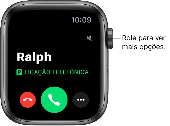 """Tela do Apple Watch quando você recebe uma ligação: o nome de quem está ligando, as palavras """"Ligação Recebida"""", o botão vermelho Recusar, o botão verde Atender e o botão Mais Opções."""